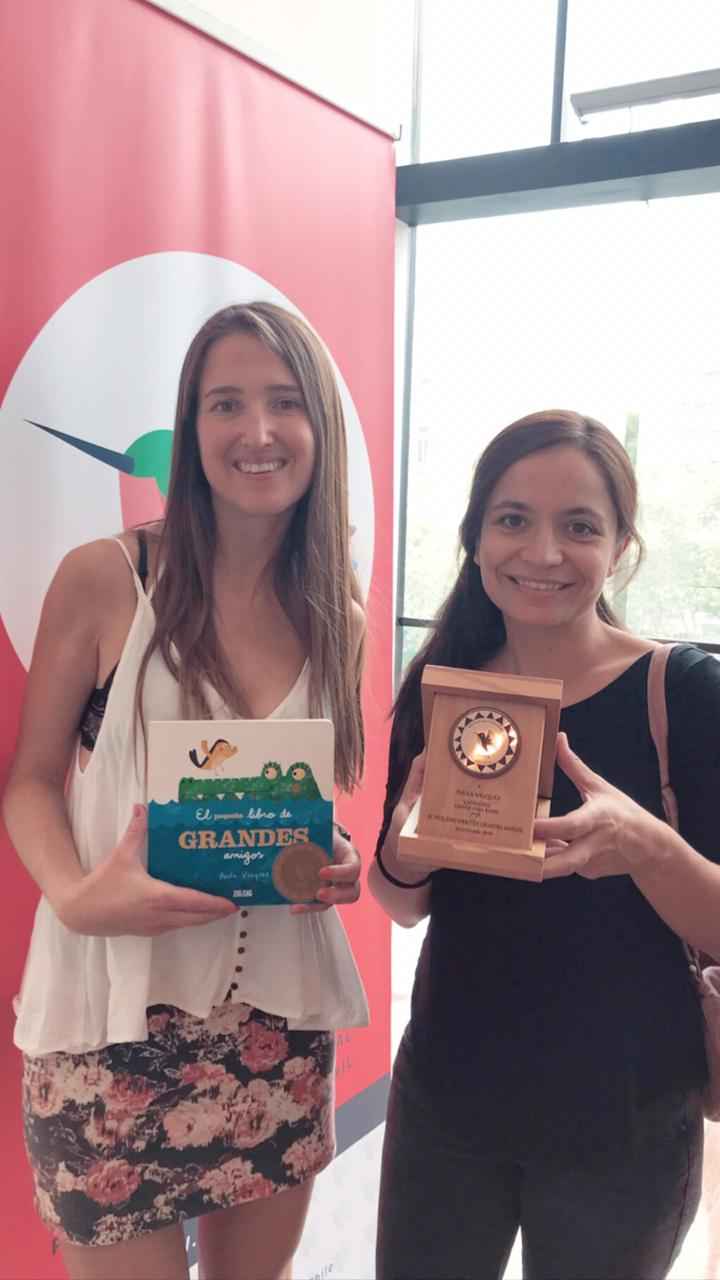 Paula Vásquez, autora de Zig-Zag recibe un reconocimiento entregado IBBY Chile